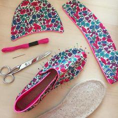Pin on Fabric Crafts Sewing Tutorials, Sewing Crafts, Sewing Projects, Sewing Patterns, Fabric Crafts, Slip Stitch Crochet, Free Crochet Bag, Espadrilles, Paper Flowers Craft