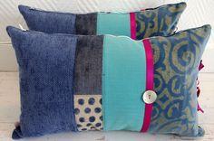 Coussin bohème en tissus recyclés bleu jean et turquoise : Textiles et tapis par abracadabroc