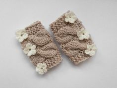 Adorable Baby Knit Leg Warmers for your little baby girl in oatmeal color with crochet flowers in cream .    ♥Available set sizes:    newborn  0-3