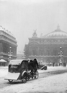 photo by Robert Doisneau rickshaw-taxi, avenue de l'opera, Paris 1942 Robert Doisneau, Old Paris, Vintage Paris, Vintage Black, Old Photography, Street Photography, Old Pictures, Old Photos, Robert Capa