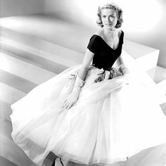 Grace Kelly in an Edith Head dress. Oh how she loved Grace Kelly Hollywood Party, Golden Age Of Hollywood, Vintage Hollywood, Hollywood Glamour, Hollywood Style, Old Hollywood Dress, Hollywood Fashion, Hollywood Actresses, Hollywood Costume
