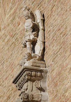 La statua di S. Michele collocata sulla cuspide del portale