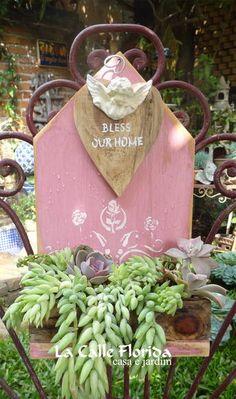 FLOREIRA ROSA SEM PLANTAS  medida 35cm alt 20cm larg  todo feito com madeira reciclada impermeabilizada  CORES BRANCA ROSA TURQUESA AMARELO CLARO VERDE CLARO com plantas  email:lacalleflorida@uol.com.br