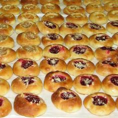This Czech sweet roll recipe or kolace is made with a yeast-raised dough and topped with fruit and streusel. Pan Dulce, Kolache Recipe Czech, Kolache Roll Recipe, Poppy Seed Kolache Recipe, Kolaczki Cookies Recipe, Sweet Bread Meat, Naan, Cookie Recipes, Recipes