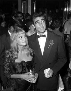 Sean Connery et Diane Cilento en 1959, il porte un caban long, rose apposée sur le revers #mode #homme #annees50 #connery #sean #mensfashion #menswear #classic #vintage #50s #suits #movies #cinema #fashion #icone #bows #retro #inspire #gentleman #classic