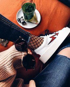 Cool outfit. Me gustan las medias y el pantalón.