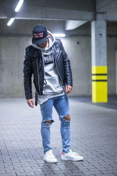 Den Look kaufen:  https://lookastic.de/herrenmode/wie-kombinieren/bikerjacke-pullover-mit-kapuze-enge-jeans-niedrige-sneakers-baseballkappe/13146  — Schwarze bedruckte Baseballkappe  — Grauer bedruckter Pullover Mit Kapuze  — Schwarze Leder Bikerjacke  — Hellblaue Enge Jeans mit Destroyed-Effekten  — Weiße Niedrige Sneakers
