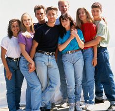 Si vous avez porté le pantalon«peau de pêche» avec des plateformes Buffalo®, si vous mettiez un tee-shirt blanc sous vos robes à bretelles, si vous alliez acheter votre jean chez Pantashop, cet article est fait pour vous. Survêtement Adidas, sweat Poivre Blanc et Dr Martens, voici les vêtements des années 90 que vous avez sûrement porté ado. Vous ne vous souvenez pas? Rafraichissement de mémoire.
