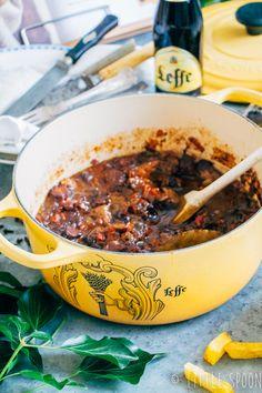 Gestoofd vlees met Leffe Brown - Little Spoon - Food and drink Dutch Recipes, Beef Recipes, Italian Recipes, Cooking Recipes, Healthy Recipes, Vindaloo, Healthy Cooking, Love Food, Kitchens