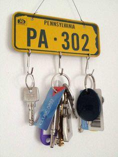 Decoracion-con-matriculas-de-coche-ganchos-para-llaves
