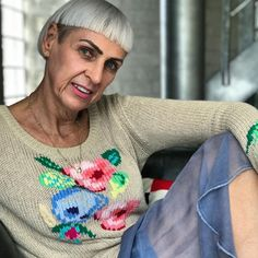 Bowl Cut Bangs - Edgy Gray Haircuts: These Aren't The Gray Hairstyles Your Grandma Wore - It's Rosy Down Hairstyles, Gray Hairstyles, Straight Hairstyles, Stylish Hairstyles, Bowl Haircuts, Edgy Haircuts, Messy Pompadour, Medium Hair Styles, Curly Hair Styles