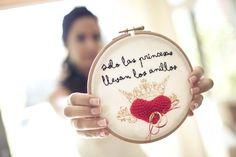 wedding ideas ♥ porta anillos bordado a mano con hilo negro y dorado DMC y corazón de crochet confeccionado por @marisa kraftcroch para @Angela Cabal