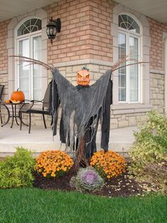 Some new props from an old favorite : Thornhill Woods Haunted House. Imagine driving by this at night. Halloween Outside, Halloween Scarecrow, Scary Halloween Decorations, Halloween Displays, Halloween Porch, Outdoor Halloween, Halloween Projects, Diy Halloween Decorations, Holidays Halloween