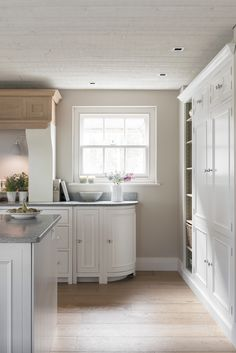 Our design team focussed on creating an open-plan kitchen dining area by combining a traditional Neptune Chichester kitchen with the Neptune Harrogate dining table and chairs.