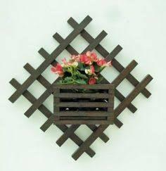 Resultado de imagem para floreiras de madeira de parede Craft Stick Crafts, Crafts To Do, Wood Crafts, Wood Planters, Flower Planters, Wood Shop Projects, Diy Projects, Balcony Flowers, Small Backyard Gardens