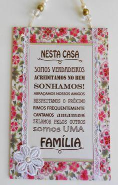 http://www.elo7.com.br/plaquinha-nesta-casa-somos-uma-familia/dp/5000F9