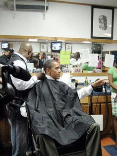 President Obama at the barber shop.the very one who did his hair when Obama was a senator. He asked the barber to pack up and come with him to the White House because he wasn't going to anyone else after 12 years. *THAT'S WHAT I CALL DEVOTION* Black Presidents, Greatest Presidents, American Presidents, American History, American Pride, First Black President, Mr President, Joe Biden, Durham