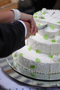 Das Anschneiden der Hochzeitstorte durch das Brautpaar ist ein ganz besonderer Augenblick, denn hierbei entscheidet sich nach einem alten Ho... http://hochzeit-heiraten.blogspot.de/2014/01/hochzeitstorten.html