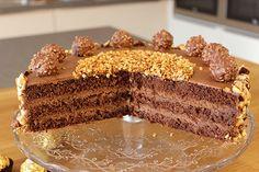 Eine leckere, schokoladige und nussige Torte, die schnell gebacken und dekoriert ist! Zubereitungszeit: ca. 1 Stunde Backzeit: 35 Min. Abkühlzeit: ca. 1 StundeZutaten: Zutaten für eine 26er Form: Teig: 6 Eier 200 g Zucker 120 g Mehl 65 g Stärke 40 g Kakao ½ TL Zimt 1 Pr. Salz 1 TL Backpulver 80 g gemahlene, …