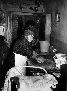 Casali di norcia, anni 60. Un'anziana contadin è impegnata a fare la pasta per il pranzo della domenica. In secondo piano la nuora venuta dalla città con un bambino piccolo che sta nella carrozzina. Foto Vintage, Vintage Italy, Old Photography, Artistic Photography, Old Commercials, Umbria Italy, Postwar, Vintage Lettering, Pinocchio