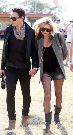 Les looks de Kate Moss au festival de Glastonbury et Jamie Hince, bottes de pluie, bottes de pluie, lunettes de soleil, veste kaki