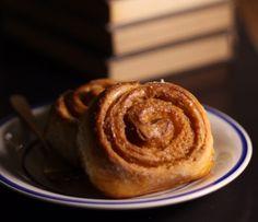 #cinnamon #cinnamonroll #pão #bread #receita #mododefazer #recepie Cinammon Rolls, Cinnamon, Pancakes, Bread, Breakfast, Desserts, Food, Cinnamon Rolls, Cinnamon Scrolls