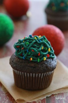 Tangled Christmas tree lights cupcakes.  Clever!  I think they would be even better using candy sunflower seeds rather than circle sprinkles.
