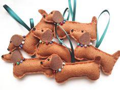 Christmas Makes, Christmas Dog, Handmade Christmas, Felt Christmas Decorations, Felt Christmas Ornaments, Dog Decorations, Dachshund Gifts, Toy Dachshund, Holiday Crafts