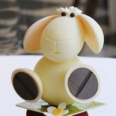 Sheep covered in white chocolate meringue. Filled with chocolate eggs and crunchy praline.
