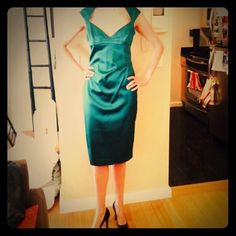 🎉3x HP🎉 Karen Millen stunner This is my pride and joy of my closet and if it fit me I would never, ever sell it. The neckline, deep emerald color, perfect/slight rouching, and the over-the-knee hemline all contribute to just such a sophisticated and glamorous dress. It's so Audrey Hepburn. Karen Millen Dresses