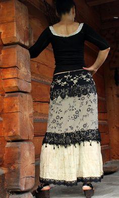 Lange Recycling elegante Zigeuner Rock. Hergestellt aus recycelten Kleidung: indische Salvar Kameez, Blusen, Schnürsenkel. Farbe: schwarz und hellgelb