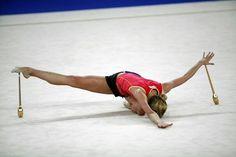Inna Zhukova si allena per i il Torneo Internazionale di Corbeil-Essonnes nel 2007 tags: ginnastica ritmica, rhythmic gymnastics, gymnastique rythmique, gimnasia rítmica, clavette, clubs, massues, mazas