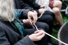Die Trauringe an einer langen Schnurr durch die Hände von jedem Gast weiterreichen zu lassen, ist eine schöne Art die Gäste bei der Trauung mit einzubeziehen!  Foto: http://www.bbfotografie.at