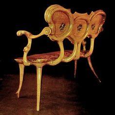 Antonio Gaudi - Casa Calvet - Gaudí diseñó el mobiliario de la casa, realizado con formas orgánicas muy del gusto del arquitecto. Utilizó un sistema de machihembrado, sin clavos ni tornillos. La ebanistería corrió a cargo de la empresa Casas i Bardés                                                                                                                                                      Más