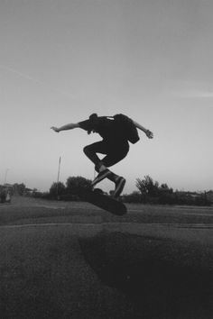 via ShootShare for iPhone Skateboard Photos, Skate Photos, Skateboard Art, Burton Snowboards, Skate Boy, Skate And Destroy, Images Esthétiques, Grunge Photography, Black And White Aesthetic