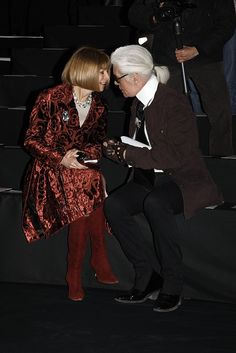 Pin for Later: Happy Birthday, Anna Wintour! A Smiling Shot For Every One of Her 65 Years Karl Lagerfeld Fall 2009 Show Anna Wintour, Karl Lagerfeld Celebrities With Cats, Celebrities Then And Now, Givenchy, Valentino, Karl Lagerfeld, Elsa Peretti, Carolina Herrera, Ysl, Anna Wintor