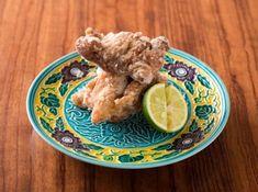 """鶏の竜田揚げ  - 工藤 淳也シェフのレシピ。竜田揚げは紅葉の名所、奈良の竜田川にちなんだ料理です。紅葉に見立てた鶏肉は、薄くそぎ切りにし、180℃という高めの油温で片栗粉を白く""""花咲かす""""ように揚げましょう。鶏肉を入れたら耳をすませ、パチパチと音がしなくなったら引き上げます。鶏から水分がぬけ、再び音がするのは揚げすぎです。"""