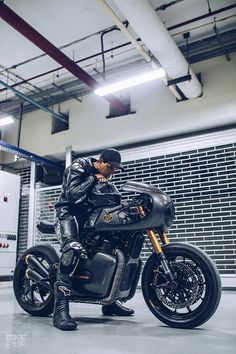 Vigilante: A Royal Enfield cafe racer from Jaipur - Awesome Motorcycles - Motorrad Bobber Style, Cafe Racer Style, Yamaha Motorcycles, Vintage Motorcycles, Royal Enfield, Game Of Thrones History, Biker Photoshoot, Ducati 848 Evo, Moto Bike