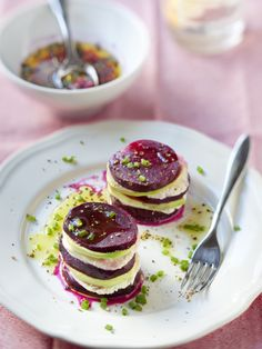 Mille feuille with mozzarella beets and avocado - cuisine - Raw Food Recipes Raw Food Recipes, Vegetarian Recipes, Cooking Recipes, Healthy Recipes, Tapas, Antipasto, Beetroot, Mozzarella, Cooking Time