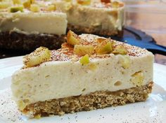 Almost Syn Free Apple Crumble Cheesecake - Slimming World - 1 Syn Per Slice - Autumn Recipe astuce recette minceur girl world world recipes world snacks Slimming World Cheesecake, Slimming World Deserts, Slimming World Puddings, Slimming World Recipes Syn Free, Slimming World Diet, Slimming Eats, Slimming World Apple Crumble, Slimming World Flapjack, Baked Oats Slimming World