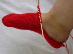 Ulla 03/05 - Neuvot - Sukan neulominen kärjstä ylöspäin Knitting Socks, Hand Knitting, Knit Socks, Knit Crochet, Gloves, Legs, Stitch, Crafts, Toe
