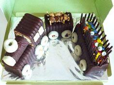 Para hacer la tarta tren solo hace falta tres bizcochos de chocolate de los que venden hechos, palitos mikedo, filipinos y un mini brazo de gitano para la locomotora. El relleno de los vagones pued…