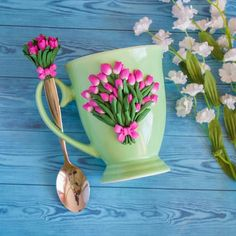 Pretty tea cup and spoon decorated with pink and green polymer clay tulips. Polymer Clay Cupcake, Cute Polymer Clay, Polymer Clay Flowers, Fimo Clay, Ceramic Flowers, Polymer Clay Projects, Cute Mug, Mug Decorating, Clay Mugs