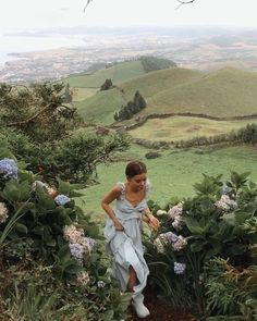 Mountain hills flowers aesthetic photo shoot model travel around the world Summer Aesthetic, Aesthetic Girl, Nature Aesthetic, Aesthetic Beauty, Flower Aesthetic, Travel Aesthetic, Aesthetic Photo, Aesthetic Fashion, Jolie Photo