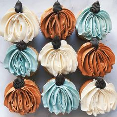 Oh flat-lay, how I've missed you. These super ridiculously easy pumpkin cupcakes are made with only a and then a star tip for the… Fall Treats, Holiday Treats, Holiday Fun, Favorite Holiday, Wilton Cake Decorating, Decorating Tips, Wilton Cakes, Cupcake Cakes, 3d Cakes