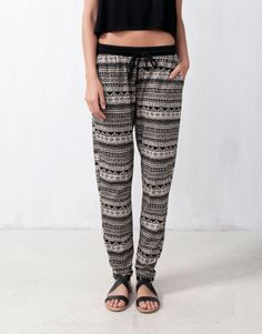 PRINTED BAGGY PANTS - I think these are so cute with a nice blouse and some bangles and nice sandals. Pull & Bear, Cool Outfits, Summer Outfits, Fashion Outfits, Womens Fashion, Baggy, Fashion Corner, What To Wear, Clothes For Women