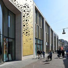 In het centrum van Enschede is een opvallend winkelpand gerealiseerd naar ontwerp van BFAS. Door indeling en materialisatie laat de gevel zich lezen als een verzameling winkels en als een geheel.