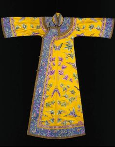 Empress' informal robe with flower and butterfly design, Guangxu reign period (1875-1908), © The Palace Museum, Beijing. Although empresses did not usually come into contact with foreigners, ladies inside the Forbidden City, would have seen pictures of European people. This robe has a much slimmer cut than the standard loose-fitting robes, and was probably inspired by European fashion.