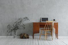 普段、本を読んだり、パソコンしたりと使い勝手に優れたローズ・ウッドの机。日用品の収納家具としても活躍しそう