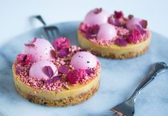 Karamelkager med hindbærmousse/ caramel cookies with raspberry mousse New Year's Desserts, Delicious Desserts, Cake Recipes, Dessert Recipes, Beautiful Desserts, Dessert For Dinner, Mini Cakes, Food Cakes, Let Them Eat Cake